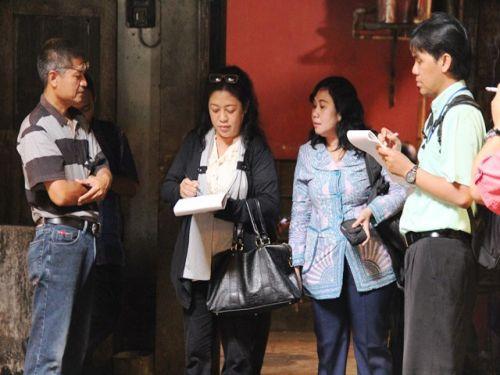 Peserta Mencatat Informasi dari Perusahaan