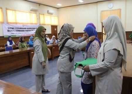 Penyematan tanda peserta saat pembukaan diklat