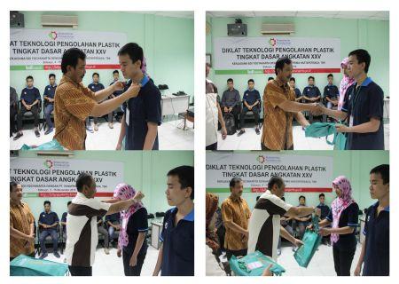 Penyerahan perlengkapan peserta diklat oleh bapak Sutrisno, SE dan bapak Suhari