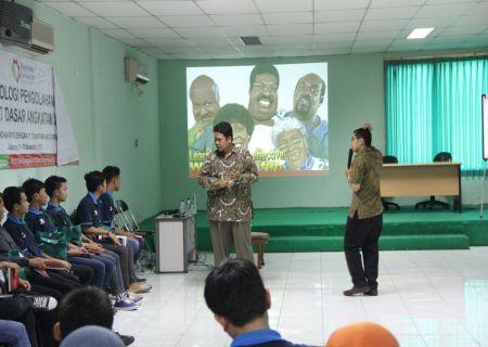 Widyaiswara Balai Diklat Industri Yogyakarta mengajar peserta diklat dengan mata pelajaran character building