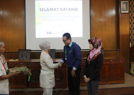 Perwakilan peserta berjabat tangan dengan Kepala BDI Yogyakarta saat penyematan tanda peserta secara simbolis