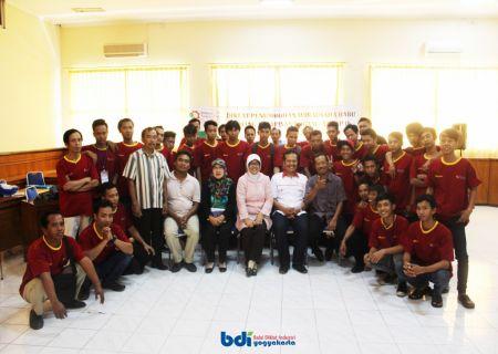 Foto bersama Kepala BDI, Panitia, Tim Pengajar dan Peserta Diklat saat penutupan Diklat Penumbuhan Wirausaha Baru Bidang Pelapisan Logam