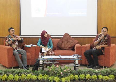 Moderator (kanan) dan penyaji paparan ilmiah oleh WIdyaiswara BDI Yogyakarta