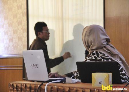 Narasumber dari BNSP sedang menyampaikan materi tentang Skema dan Materi Uji Kompetensi