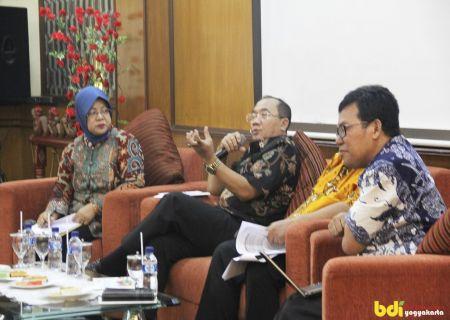 Drs. Mujiyono, MM (Kapusdiklat Industri Kemenperin) sedang memberikan Materi tentang Arah Kebijakan Pusdiklat Industri