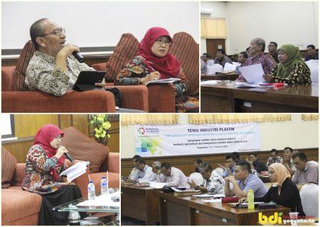 Bp Arifin Suadipraja, S.Teks, M.Sc sedang memberikan materi tentang Sosialisasi Program Diklat Plastik Berbasis Kompetensi ,dan Ibu Tevi Dwi Kurniaty, S.IP, M.Si sebagai moderator