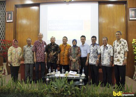 Photo Bersama Asosiasi, Narasumber, Kepala BDI Yogya, Kepala Pusdilklat dan Perwakilan dari Perusahaan dalam kegiatan Temu Industri