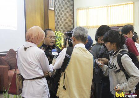 Bapak Drs. Mujiyono, MM sedang diwawancarai oleh wartawan dalam Kegiatan Temu Industri Plastik