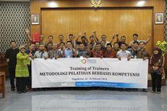 Foto bersama Kepala BDI Yogyakarta, panitia, instruktur dan peserta pelatihan