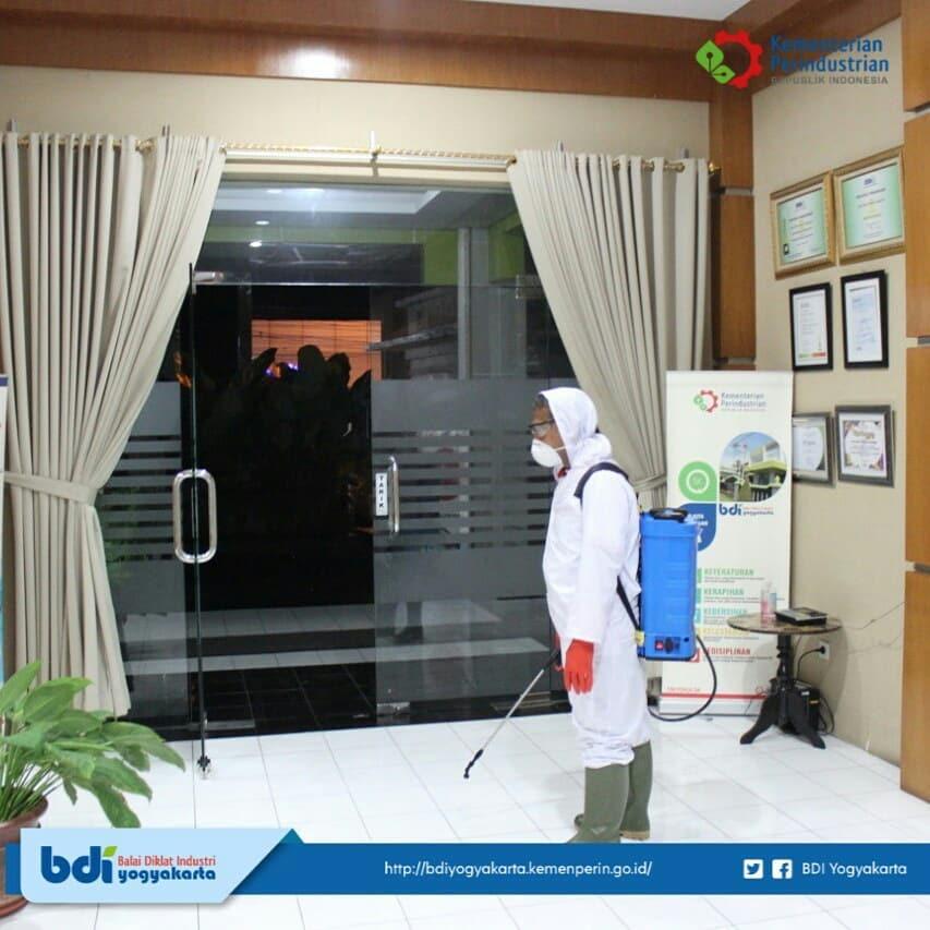 Penyemprotan Disinfektan di Balai Diklat Industri Yogyakarta